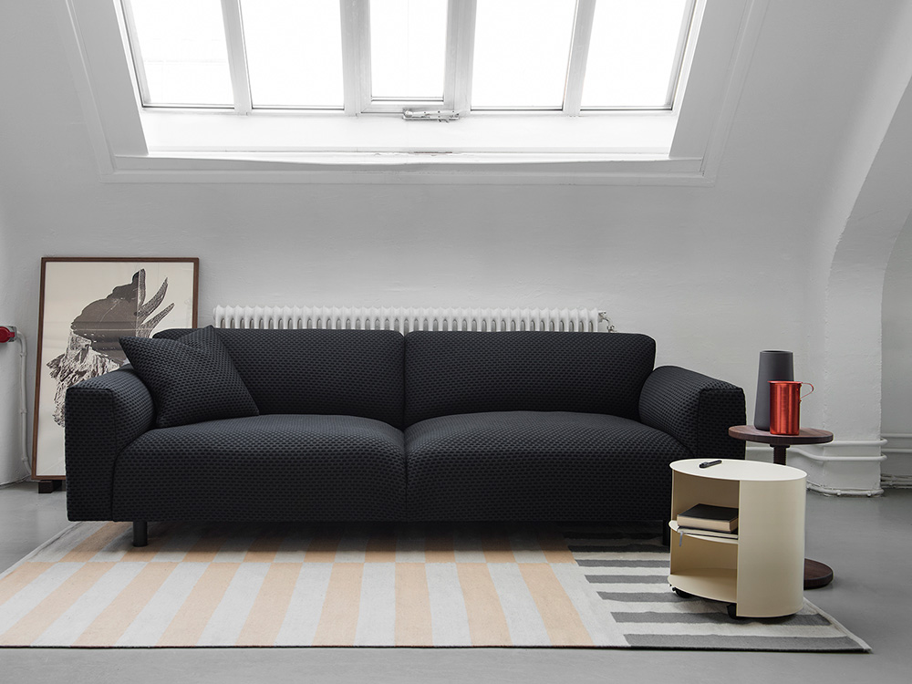 Dash-Koti Sofa por Form Us With Love y Hide Table por Karoline Fesser