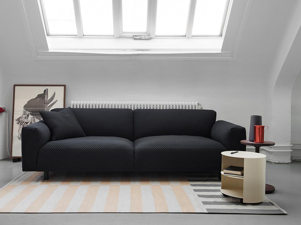 Dash-Koti Sofa por Form Us With Love y Hide Table por Karoline Fesser