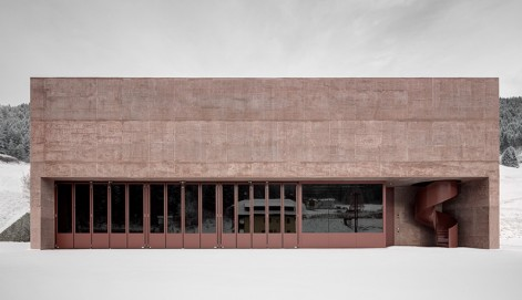 11-fire-engine-red-versciaco-pedevilla-architects