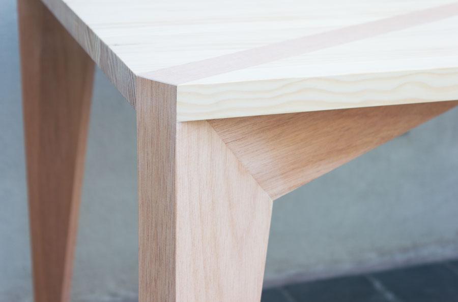 05-stgo-diseno-1-10-muebles-mesa-comedor-m40-madera-pino-cumala-contexto-detalle-1