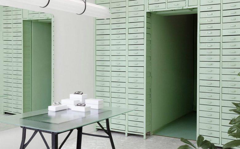 lunettes-selection-berlin-shop-green-interiors-oskar-kohnen-studio_dezeen_hero-1-1704x959 copia