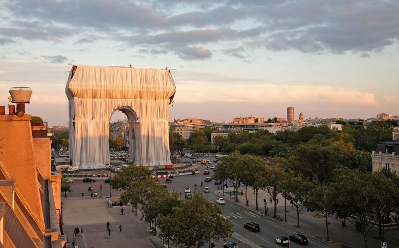 Arc-Triomphe-Wrapped-Christo-Jeanne-Claude-Wolfgang-Volz-01