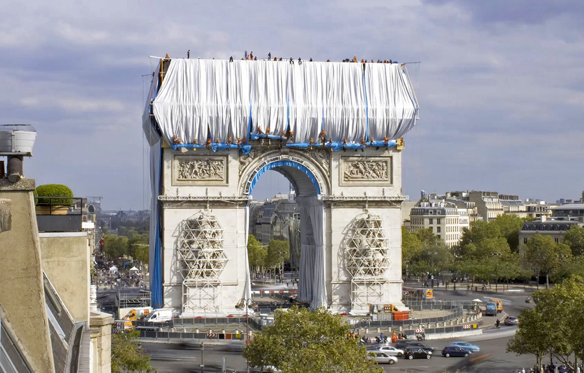 Arc-Triomphe-Wrapped-Christo-Jeanne-Claude-Wolfgang-Volz-05