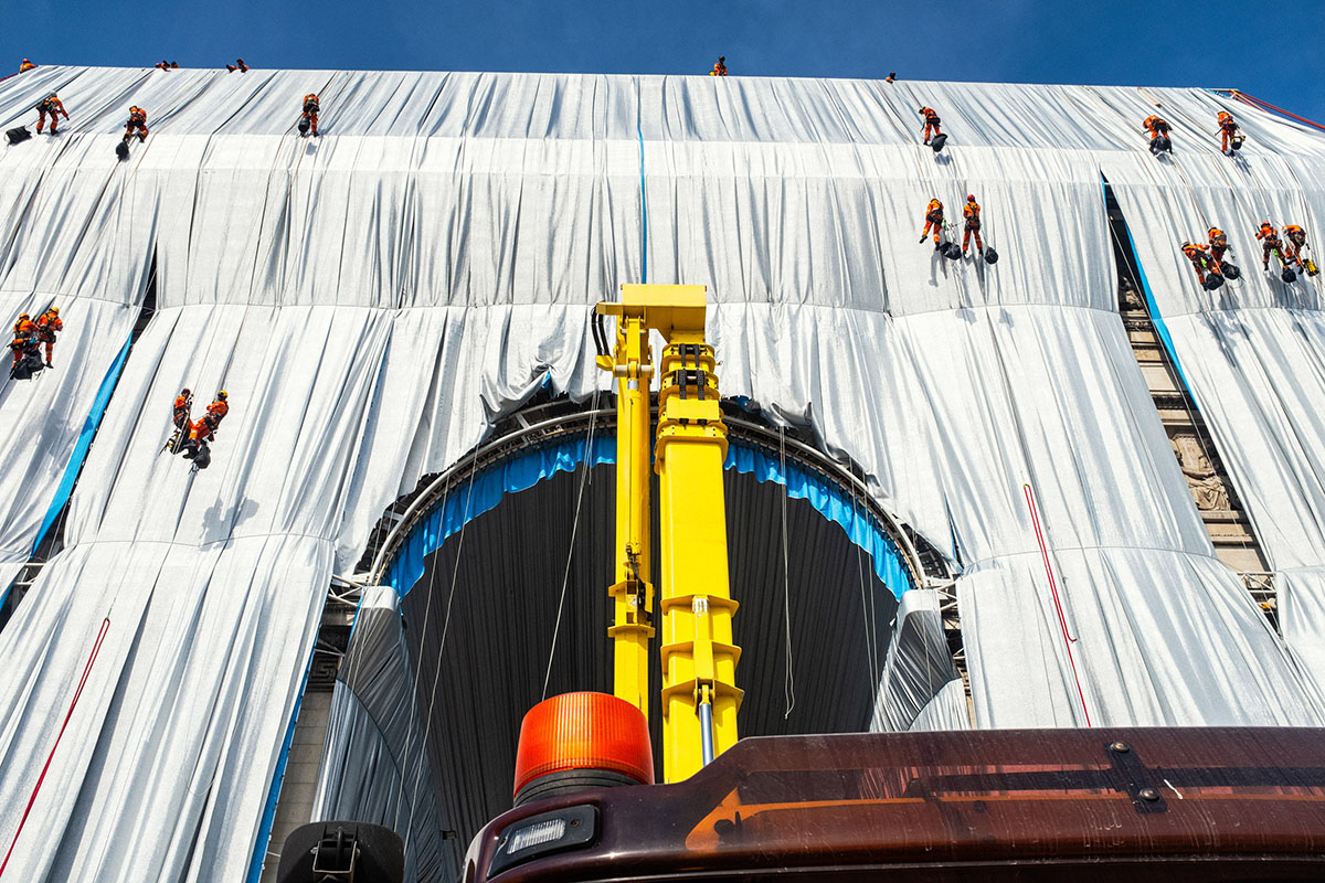 Arc-Triomphe-Wrapped-Christo-Jeanne-Claude-Wolfgang-Volz-07